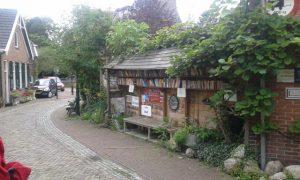 Overdekt boekenkraampje bij een huis in Bredevoort.