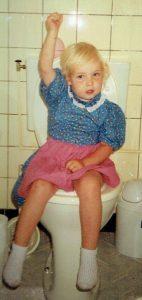 Harriët als drie-jarige op de WC