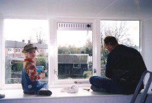 Opa en Carlijn aan het verven in 1997
